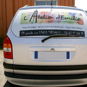 Autocollant micro-perforé pour véhicule